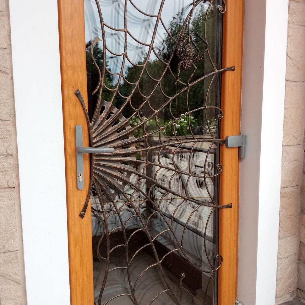 Дверь в паутине